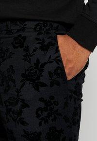Twisted Tailor - KATRIN FLORAL FLOCK SUITPLUS - Suit - charcoal - 10