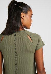 Nike Performance - AIR - T-shirt z nadrukiem - medium olive/black - 4