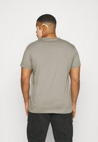 Calvin Klein Jeans Plus - SEASONAL MONOGRAM TEE - Print T-shirt - elephant skin / white - 2