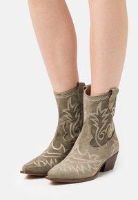 Alpe - TEJANA - Cowboy/biker ankle boot - army - 0