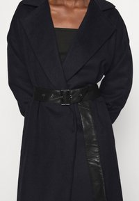 Who What Wear - BELTED COAT - Classic coat - navy - 6