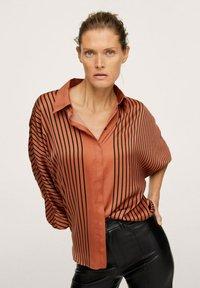 Mango - OVERSIZE À RAYURES - Button-down blouse - marron - 0
