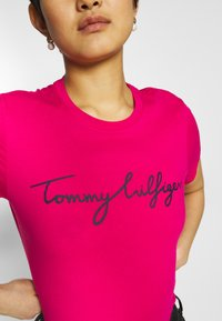 Tommy Hilfiger - CREW NECK GRAPHIC TEE - T-shirts print - bright jewel - 4