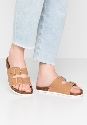 REX DOUBLE BUCKLE SLIDE - Chaussons - camel