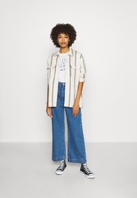 GAP - OUTLINE TEE - T-shirt z nadrukiem - snowflake/milk - 1