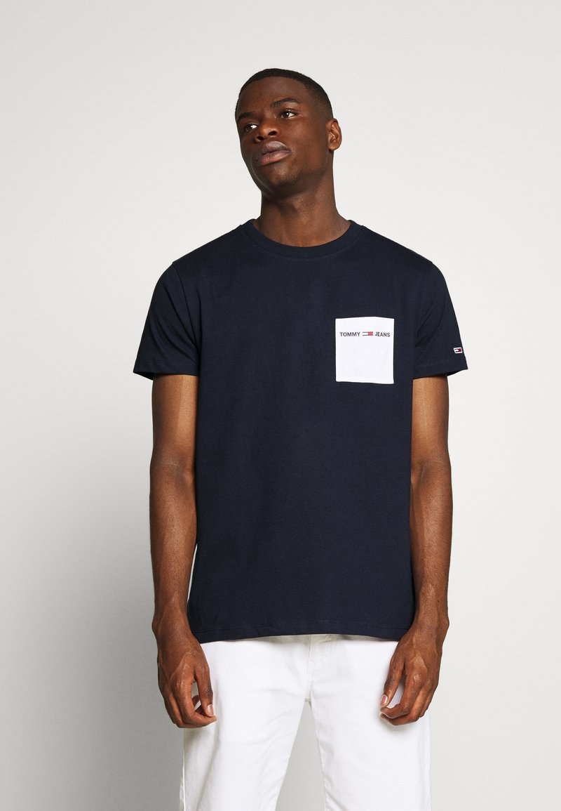 Tommy Jeans - CONTRAST POCKET TEE - T-shirts print - twilight navy/white