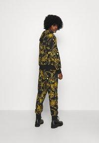 Versace Jeans Couture - BRUSHED PRINT REGALIA BAROQUE - Felpa con zip - nero/oro - 4