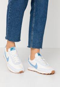 Nike Sportswear - DAYBREAK - Sneaker low - half blue/light blue/pale ivory/phantom/med brown/mystic green - 0