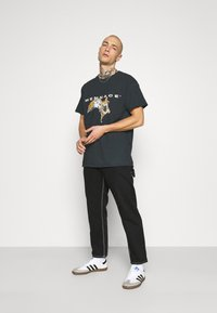 Mennace - FALLEN REGULAR - T-shirt con stampa - black - 1
