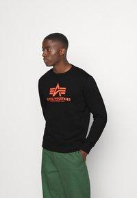 Alpha Industries - Basic Print - Collegepaita - black/neon orange - 0