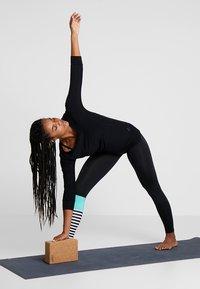 Curare Yogawear - Long sleeved top - black - 1