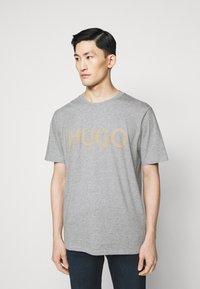 HUGO - DOLIVE - Print T-shirt - silver - 0
