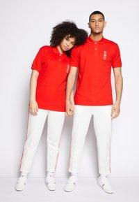 Lacoste - POLAROID UNISEX - Polo shirt - corrida - 3