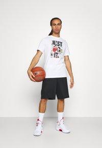 Nike Performance - ART TEE - T-shirt med print - white - 1