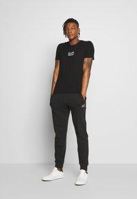 EA7 Emporio Armani - T-shirts print - black - 1