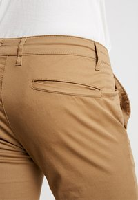 Pier One - Pantalones chinos - tan - 5