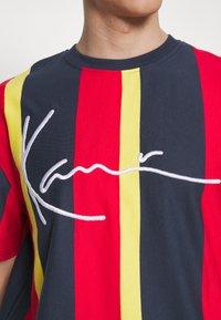 Karl Kani - UNISEX SIGNATURE STRIPE TEE - Print T-shirt - navy - 5