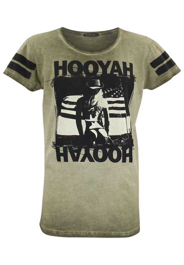 MIT COOLEM FRONTPRINT - Print T-shirt - kaki