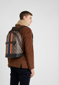 Coach - BARROW BACKPACK IN HORSE AND CARRIAGE  - Reppu - black/brown - 1
