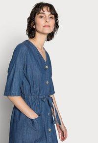 Thought - ESTHER TIE WAIST DRESS - Denimové šaty - chambray blue - 3
