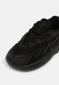 adidas Originals - OZELIA EL UNISEX - Sneakers basse - core black - 6