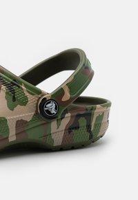 Crocs - CLASSIC UNISEX - Mules - army green/multicolor - 5