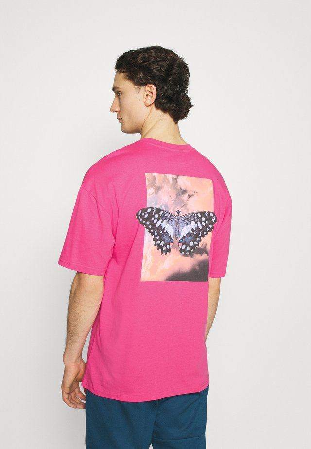 BUTTERFLY CLOUDS UNISEX - T-shirt con stampa - azalea pink