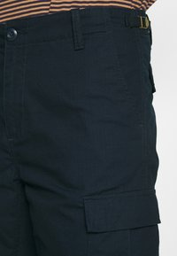 Carhartt WIP - AVIATION COLUMBIA - Shortsit - dark navy - 5