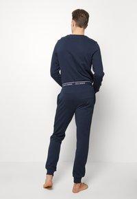 Jack & Jones - JACLOUNGE PANTS - Pyjama bottoms - navy blazer - 2
