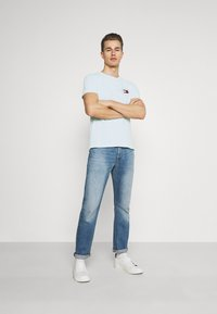 Tommy Hilfiger - CIRCLE CHEST TEE - T-shirt con stampa - oxygen - 1