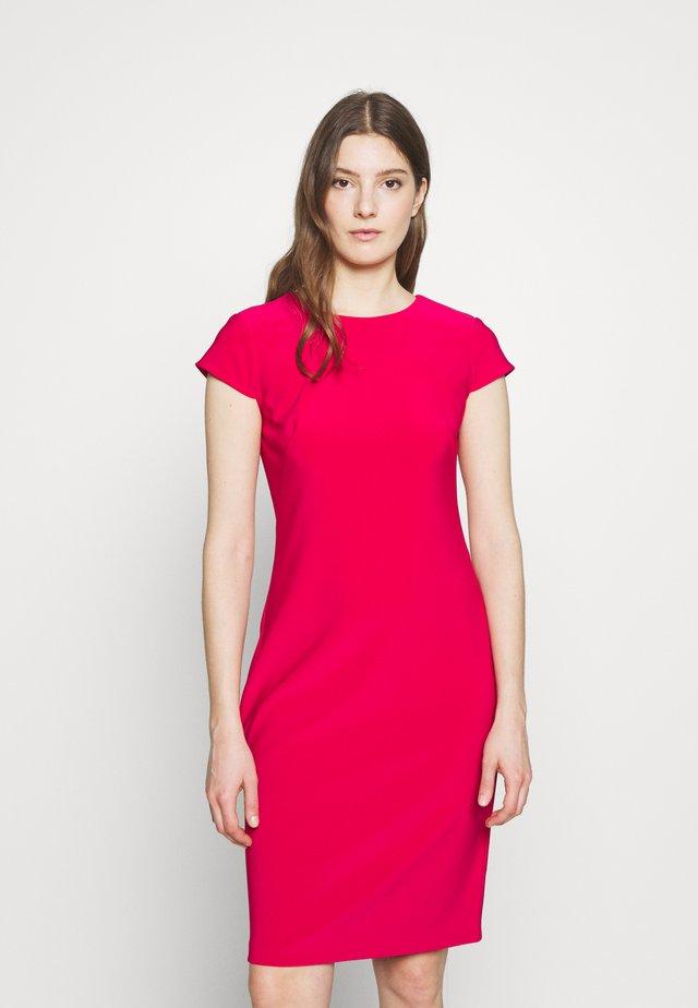 BONDED DRESS - Pouzdrové šaty - berry sorbet