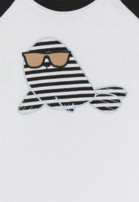 Turtledove - RAGLAN SEAL APPLIQUE - Camiseta estampada - white - 2