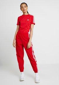 adidas Originals - ADICOLOR 3 STRIPES BODYSUIT  - T-shirt med print - scarlet - 1