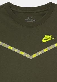 Nike Sportswear - CHEVRON - T-shirt print - cargo khaki - 2
