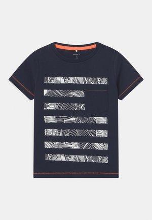 NKMZOM - Print T-shirt - dark sapphire