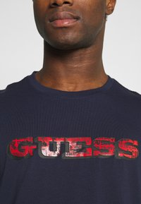 Guess - T-shirt con stampa - suiting blue - 6