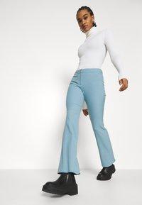 Weekday - RITZA SKINNY FLARED TROUSER - Kalhoty - blue - 3