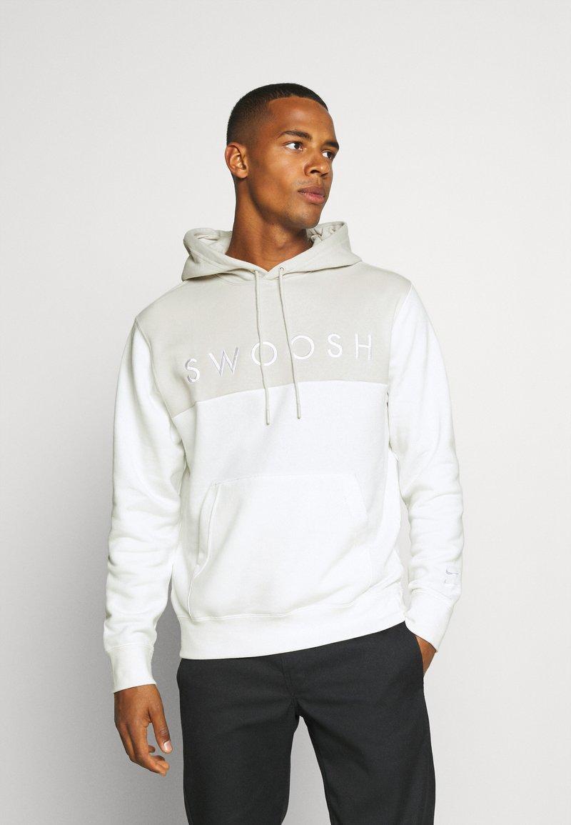 Nike Sportswear - HOODIE - Jersey con capucha - light bone/sail
