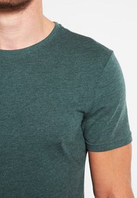 Pier One - Basic T-shirt - green melange - 5