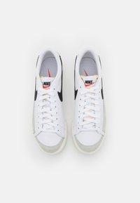 Nike Sportswear - BLAZER PLATFORM - Sneakers laag - white/black/sail/team orange - 6