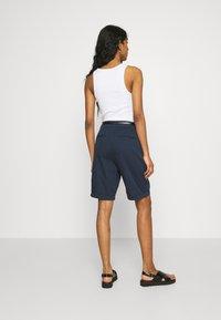 Vero Moda - VMFLASH BERMUDA BELT - Shorts - navy blazer - 2