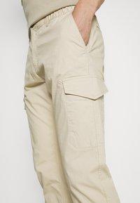 TOM TAILOR - PANTS - Pantaloni cargo - sandy beige - 4