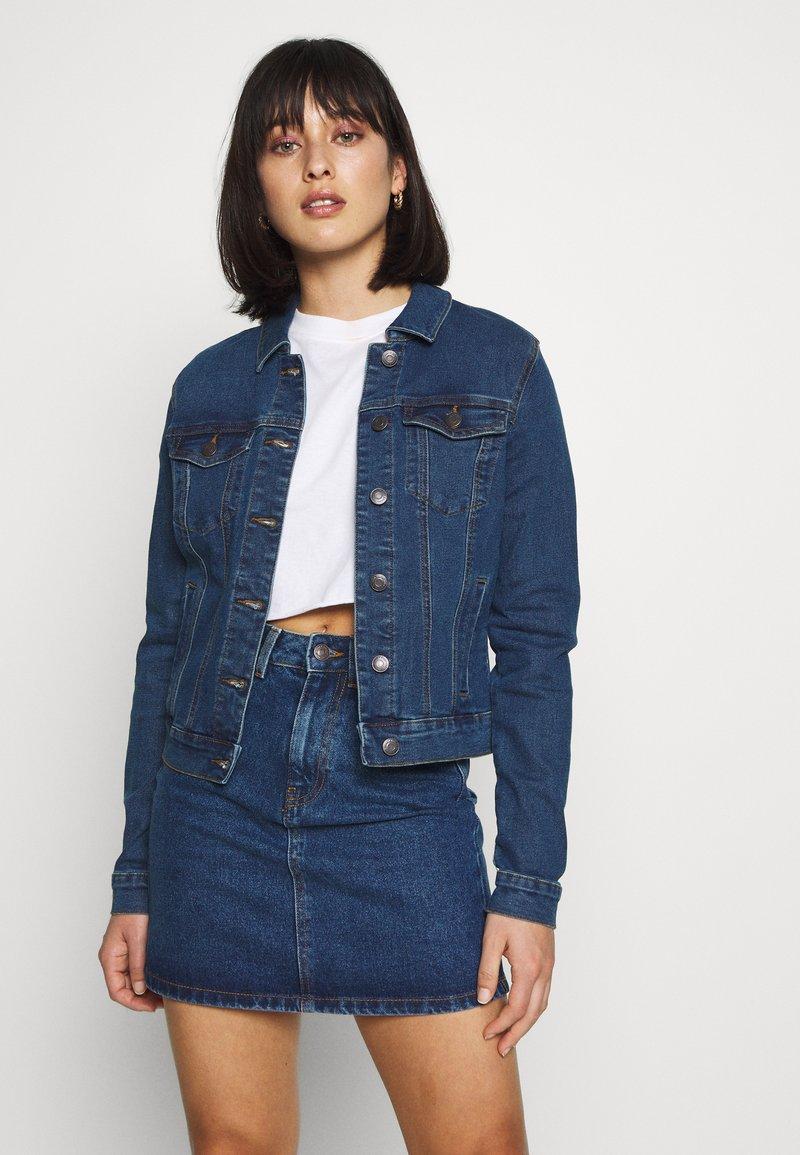 Vero Moda Petite - VMHOT SOYA JACKET - Denim jacket - medium blue denim