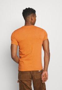 Calvin Klein Jeans - MICRO BRANDING ESSENTIAL TEE - Basic T-shirt - rusty orange - 2