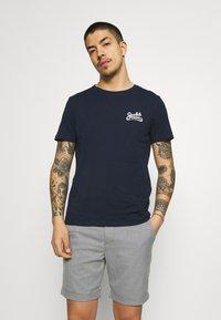 Jack & Jones - JORSIGNATURE TEE CREW NECK 5 PACK - T-shirt med print - white - 4