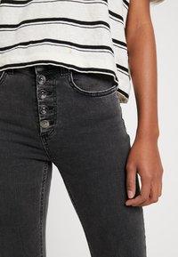 ONLY - ONLBLUSH SWEET FLARED - Flared jeans - black denim - 3