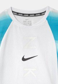 Nike Sportswear - INSTACOOL - Camiseta estampada - laser blue - 2