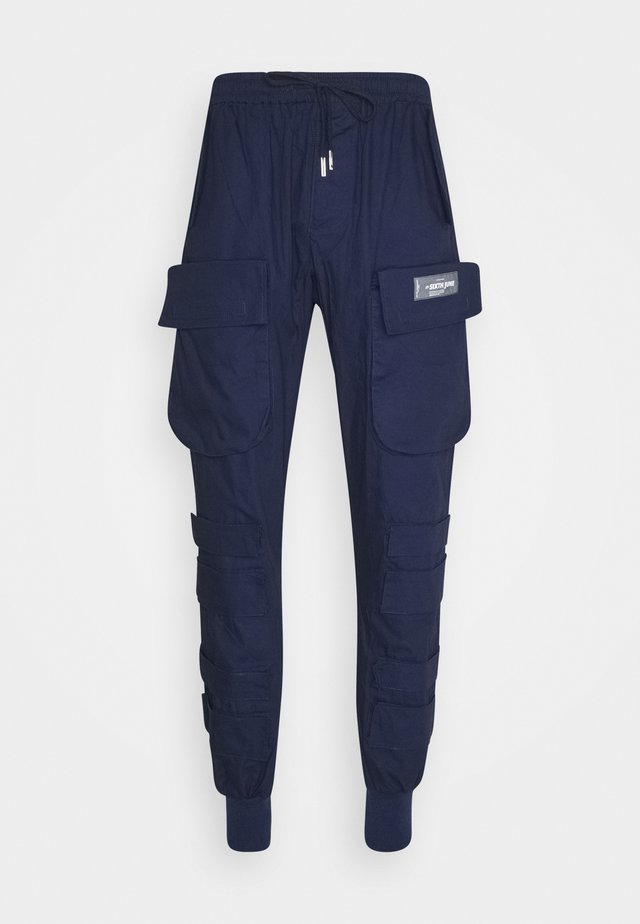 PANTS WITH MULTIPLE POCKETS - Pantalones cargo - navy