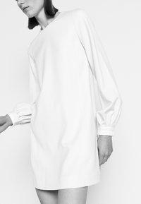 Victoria Victoria Beckham - BELL SLEEVE SHIFT DRESS - Sukienka letnia - cream - 4