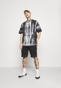 Karl Kani - SIGNATURE TIE DYE TEE UNISEX  - Print T-shirt - white - 1